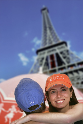 paris_couple_eiffel_721.jpg